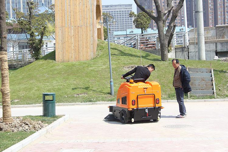 驾驶式扫地机在作业过程中我们要知道的几个问题
