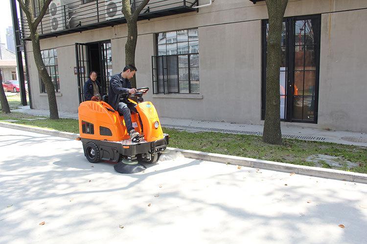 工厂使用驾驶式扫地车能省多少钱?